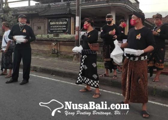 Nusabali.com - keris-bali-klungkung-bagi-bagi-nasi-kotak