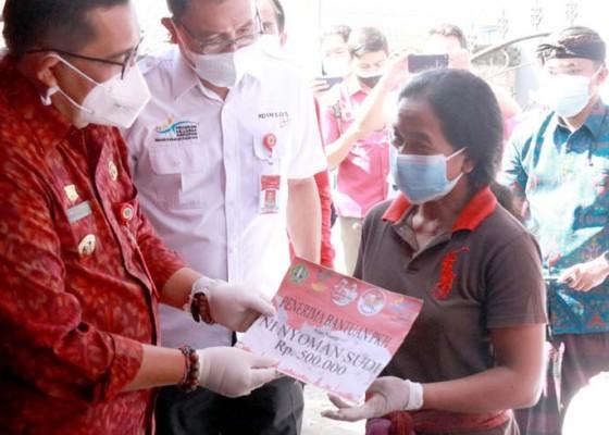 Nusabali.com - bupati-sanjaya-serahkan-bantuan-kepada-masyarakat