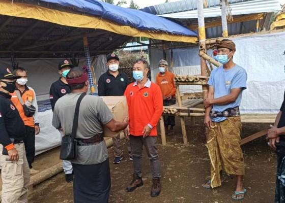 Nusabali.com - bpbd-bagikan-masker-di-lokasi-ngaben-massal
