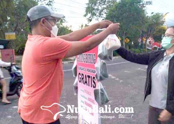 Nusabali.com - relawan-gencar-bantu-warga-terdampak-covid-19