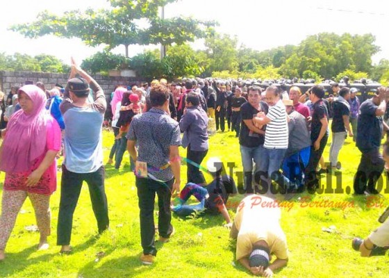 Nusabali.com - eksekusi-ricuh-satu-polisi-kena-panah