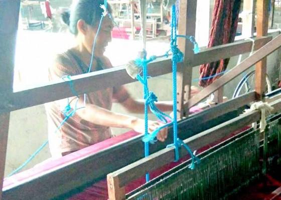 Nusabali.com - produksi-kain-endek-tak-mandek