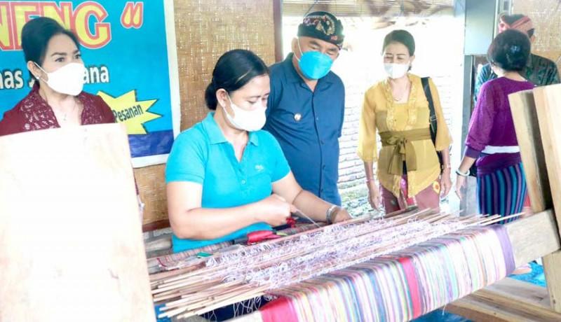 www.nusabali.com-pandemi-perajin-tenun-endek-di-jembrana-dibantu-dana-talangan