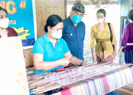Nusabali.com - pandemi-perajin-tenun-endek-di-jembrana-dibantu-dana-talangan
