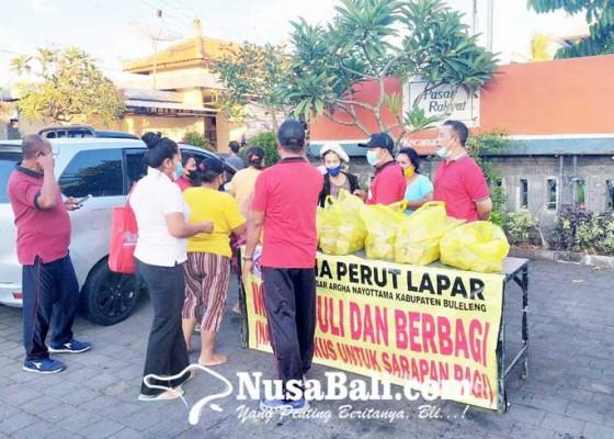 Nusabali.com - perumda-pasar-bagi-ratusan-bungkus-nasi-gratis