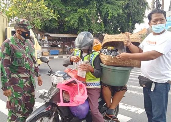 Nusabali.com - danramil-gianyar-bagikan-nasi-150-bungkus-masakan-sendiri