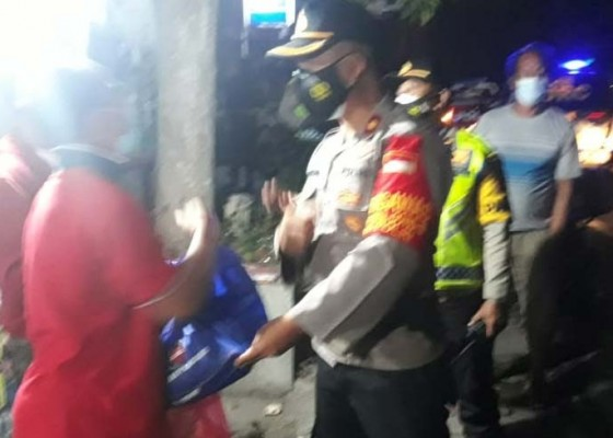 Nusabali.com - edukasi-dan-solusi-petugas-gabungan-patroli-sambil-bagikan-sembako-di-gianyar