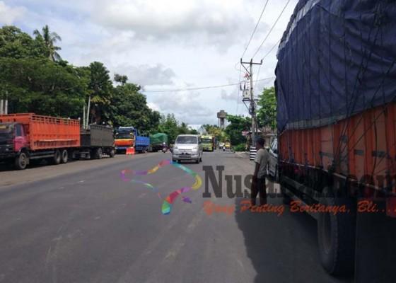 Nusabali.com - truk-parkir-sembarangan-ruas-jalan-menyempit