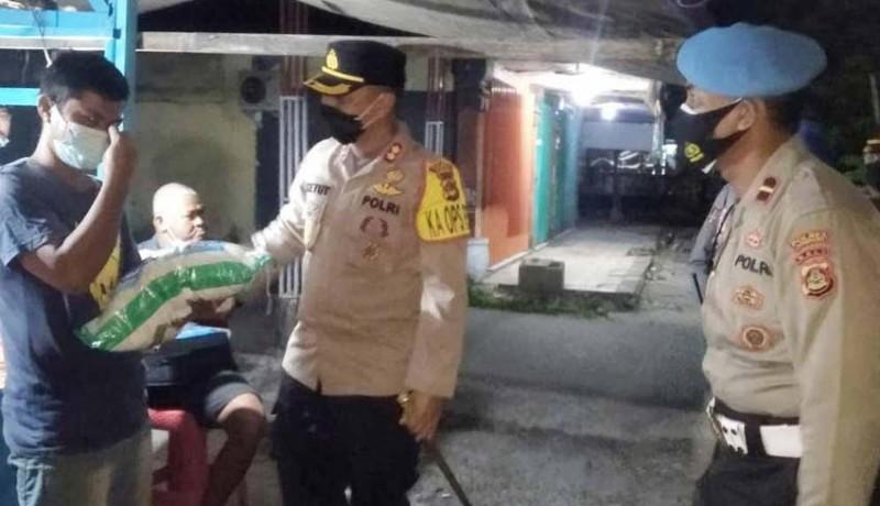www.nusabali.com-patroli-gabungan-ppkm-level-3-sambil-bagikan-sembako