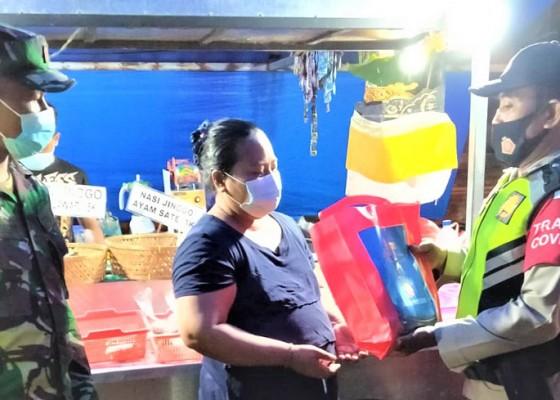 Nusabali.com - polsek-blahbatuh-berikan-paket-sembako-ke-pkl-pasar-yadnya-blahbatuh