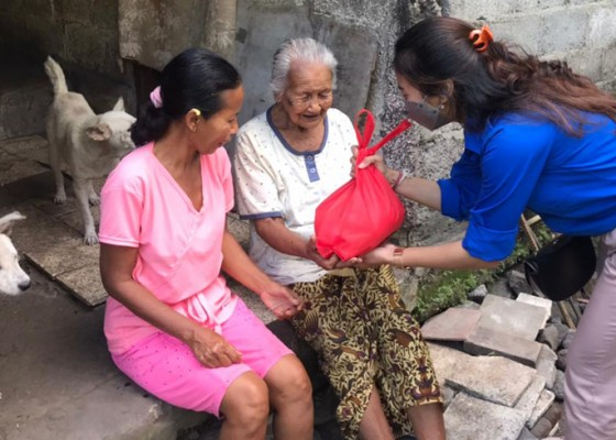 Nusabali.com - knpi-klungkung-gotong-royong-bagi-bagi-paket-sembako