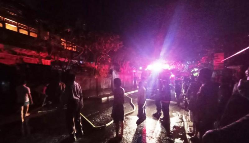 www.nusabali.com-kebakaran-tengah-malam-di-jalan-werkudara-gegerkan-warga