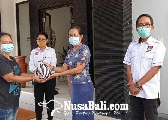 Nusabali.com - hasil-patungan-kpu-tabanan-berbagi-puluhan-paket-sembako