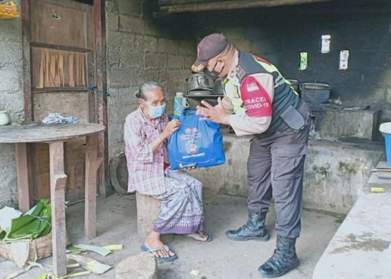 Nusabali.com - bhabinkamtibmas-desa-singakerta-salurkan-paket-sembako