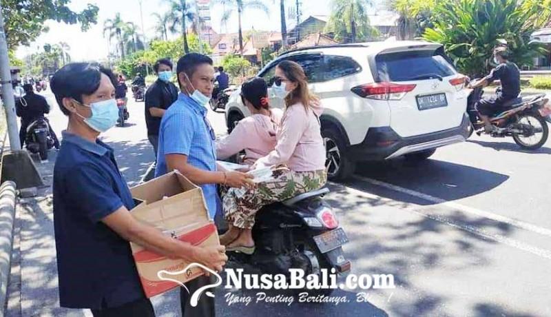 www.nusabali.com-pegawai-kecamatan-kutsel-bagi-sembako