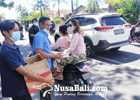 Nusabali.com - pegawai-kecamatan-kutsel-bagi-sembako