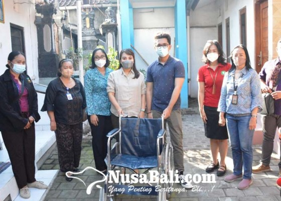 Nusabali.com - k3s-denpasar-serahkan-bantuan-kursi-roda-kepada-lansia