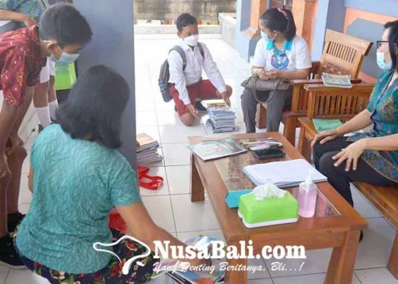 Nusabali.com - smp-negeri-mulai-bagikan-buku-pelajaran