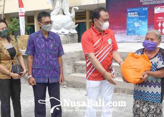 Nusabali.com - sman-1-amlapura-bagi-bagi-paket-sembako
