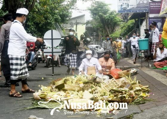 Nusabali.com - warga-mecaru-di-lokasi-penebasan