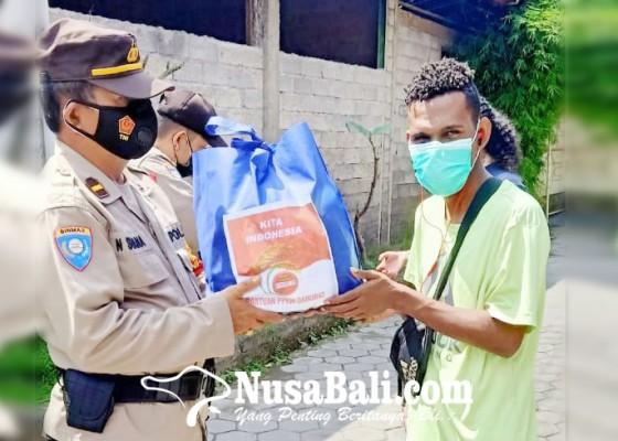 Nusabali.com - polda-bagi-sembako-untuk-mahasiswa-papua