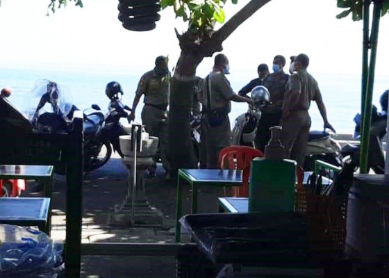 Nusabali.com - penertiban-pedagang-di-pantai-penimbangan-ribut