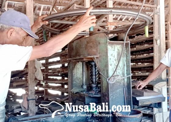 Nusabali.com - pandemi-genteng-di-tabanan-sepi-pembeli