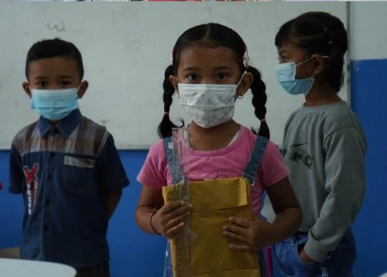 Nusabali.com - tk-rare-semesta-besakih-serahkan-bantuan-paket-belajar-dan-makanan-sehat-ke-anak-didik
