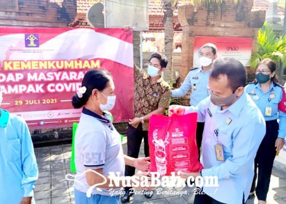 Nusabali.com - pegawai-kanwil-kemenkumham-bali-bagikan-sembako-di-pecatu