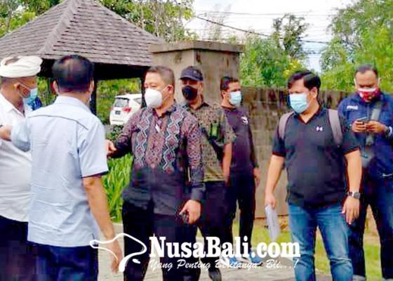 Nusabali.com - massa-berbadan-kekar-berkerumun-sita-jaminan-jimbaran-hijau-batal-digelar