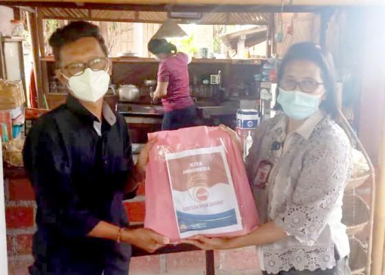 Nusabali.com - polda-bali-bagikan-paket-sembako-ke-wartawan