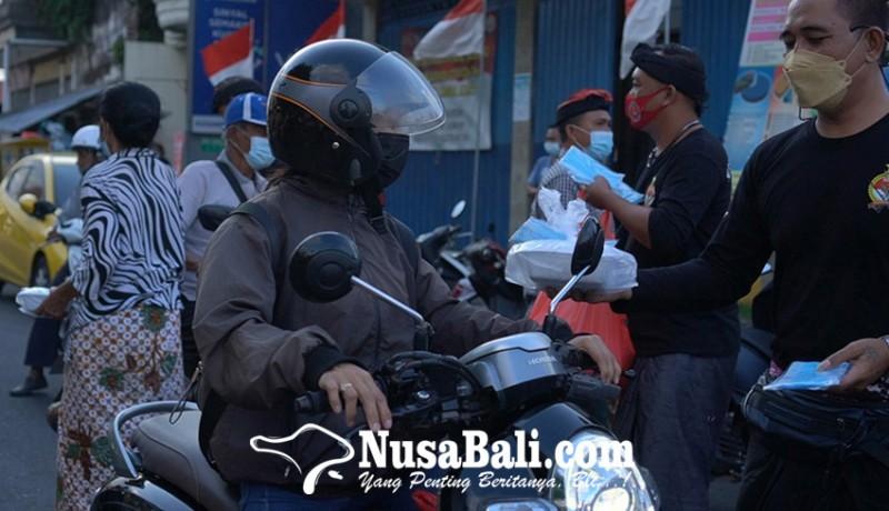 www.nusabali.com-keris-bali-klungkung-bagikan-nasi-kotak-di-desa-kusamba