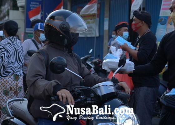 Nusabali.com - keris-bali-klungkung-bagikan-nasi-kotak-di-desa-kusamba