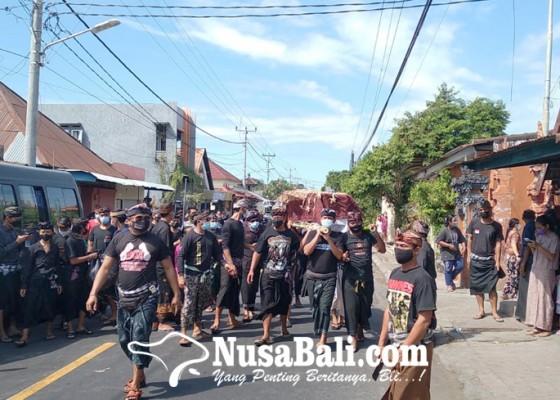 Nusabali.com - jenazah-korban-tewas-bentrokan-monang-maning-dikuburkan
