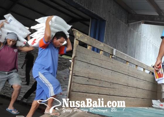 Nusabali.com - dinas-sosial-salurkan-beras-bagi-penerima-pkh-dan-bst