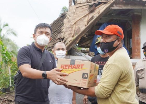 Nusabali.com - atap-teras-rumah-warga-roboh-wabup-ipat-serahkan-bantuan-sembako