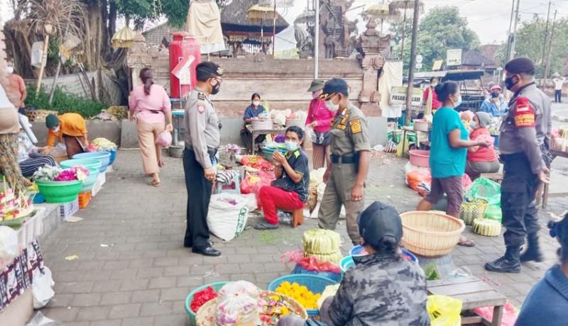 www.nusabali.com-petugas-gabungan-sidak-prokes-di-pasar-blahkiuh