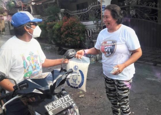 Nusabali.com - perum-kori-nuansa-utama-selatan-berbagi-sembako-bagi-warga