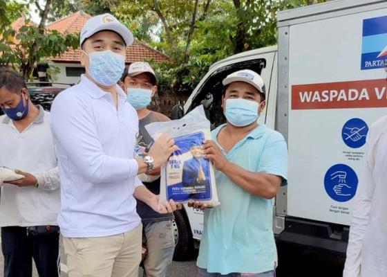 Nusabali.com - keliling-naik-mobil-box-supadma-bagi-sembako-ke-tukang-suwun
